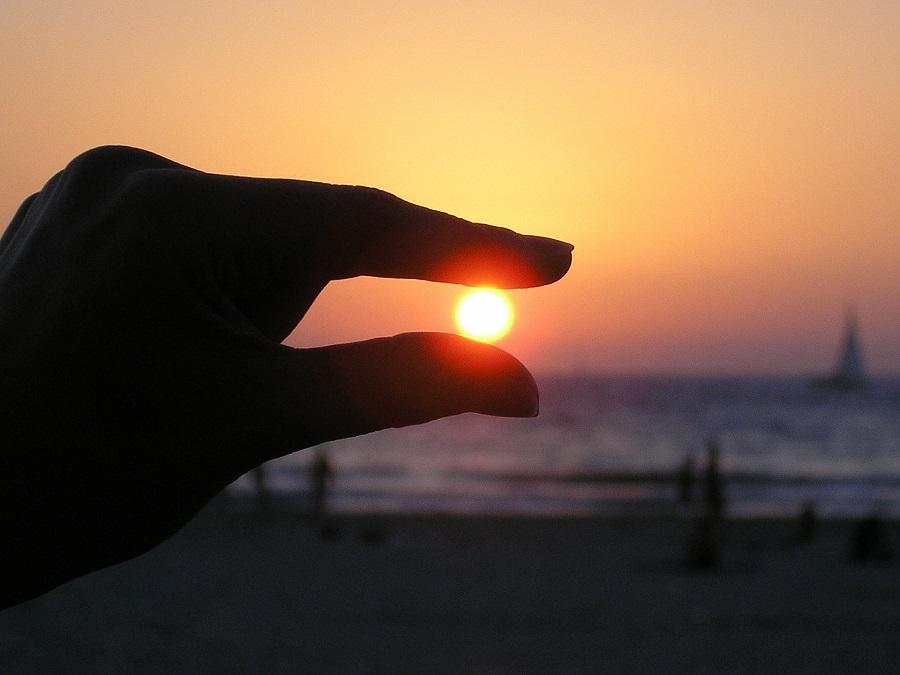 sun in the hand 615285 1920
